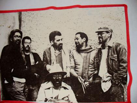 Da esquerda para a direita, Lula Espírito Santo (baixo), Braz (guitarra), Carlos Codó (violão), Samuka (agachado, percussão), José Maria Flores (bateria) e Spirito Santo (vocal e marimba) - foto:arquivo Grupo Vissungo