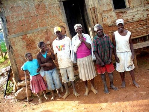 QUILOMBOLAS REAIS: Quartel de Indaiá, Minas Gerais - Pedro Lucindo, o vissungueiro (à direita na foto)  e sua mulher Alessília ao centro. A família no seu quilombo real - Foto Spírito Santo 2009