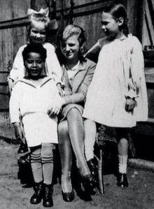 Hans com a mãe e primas