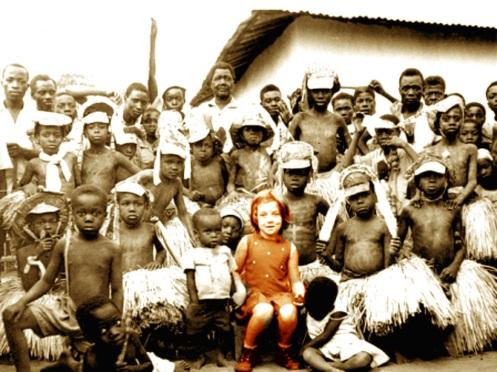 (Aviso importante: Esta galera NÃO é formada por habitantes de um Quilombo remanescente no Brasil: A menina branca - entre os meninos 'positivamente' discriminada na foto - é Laura Antonio, filha de um gajo funcionário do Ultramar português chamado Azevedo Antonio. O local é uma aldeia... indigena em Lucapa, Angola, no ano de 1971)