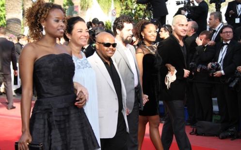 A atriz Roberta Rodrigues, os diretores Tereza Gonzalez, Feijao, e os atores Cintia Rosa e Thiago Martins, lançam 'Cinco vezes favela - agora por nós mesmos' em Cannes. (Foto: Dominique Maurel/Divulgação)