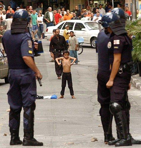 Zoinho, menino de rua de dez anos, enfrenta os policiais de São Paulo - foto de Evandro Monteiro