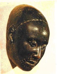 Máscara de cobre de Oba lufan com 36 cm de altura (tamanho de uma cabeça humana normal) da coleção do Ife Museum.