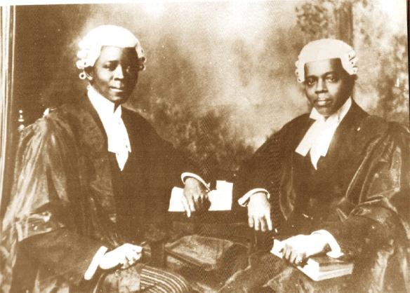 """Os homens mais ricos da comunidade brasileira ( em Lagos) , ou seja, ex-escravos do Brasil que voltaram a África, mandavam seus filhos para estudar na Europa ou na Bahia. Assim se formaram os primeiros médicos e advogados da Nigéria, como Plácido e Honório Assumpção. As carreiras de funcionário do governo colonial inglês e em empresas estrangeiras atraíam muito dos chamados """"brazilian descendants"""". Os irmãos acima adotaram o nome iorubá Alakija. Parte da família voltou para a Bahia no começo do sec. XX. (Documento da família fotografado por Pierre Verger)."""