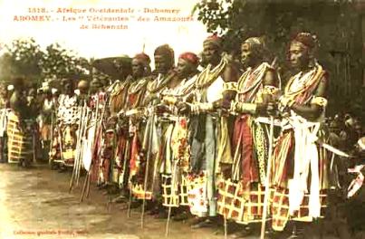 Carte postale de Francois-Edmond Fortier représentant les Amazones du Dahomey