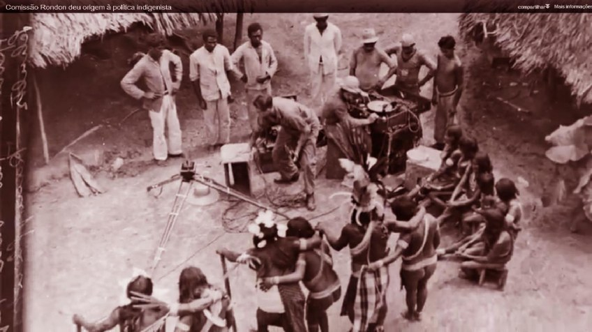 1912. Comissão Rondon. O antropólogo Roquete Pinto grava índios na selva do Brasil