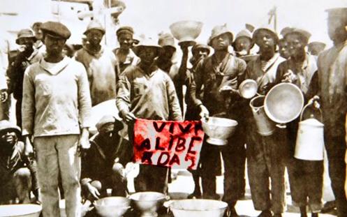 Marinheiros da Revolta da Chibata em convés de navio rebelado