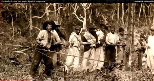 Trabalhadores da Comissão Rondon. Alguns destes, os negros principalmente, podem ser presos oriundos da Capital Federal, rebeldes e 'arruaceiros' da revoltas da Vacina e Da Chibata.