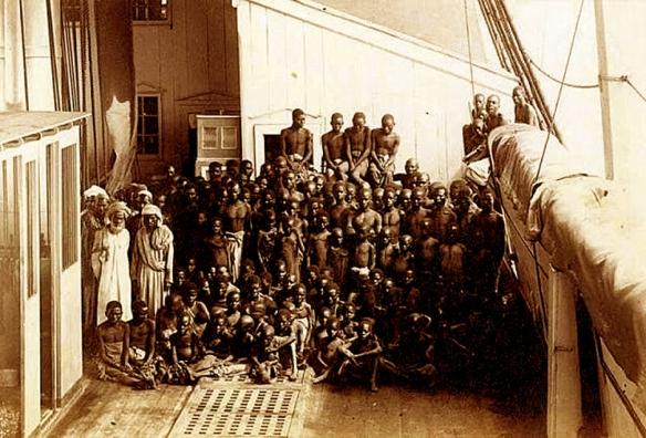 """Foto é de um navio inglês """"Daphne"""" aportado em Londres, com uma carga de escravos apreendida em águas próximas á Zanzibar em 1873. O fotógrafo, provavelmente a serviço da Coroa inglesa, se chama George L. Sullivan"""