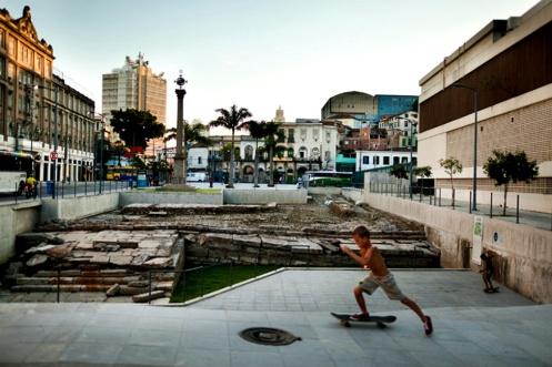 Os navios negreiros no século 19, atracavam no cais de pedra enorme na Rua do Valongo, exposto por arqueólogos perto do porto do Rio de Janeiro. Foto Lianne Milton para o The New York Times .)
