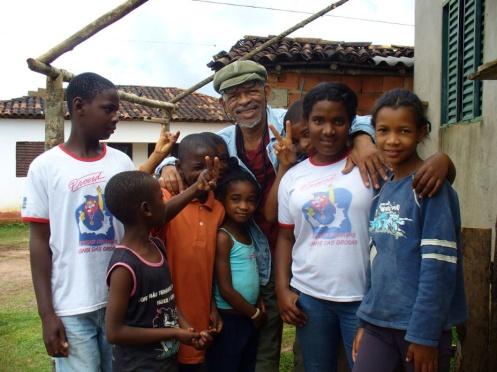 2009. Titio com meninos e meninas descendentes do povo Benguela de São João da Chapada, cercanias de Diamantina, Minas Gerais.